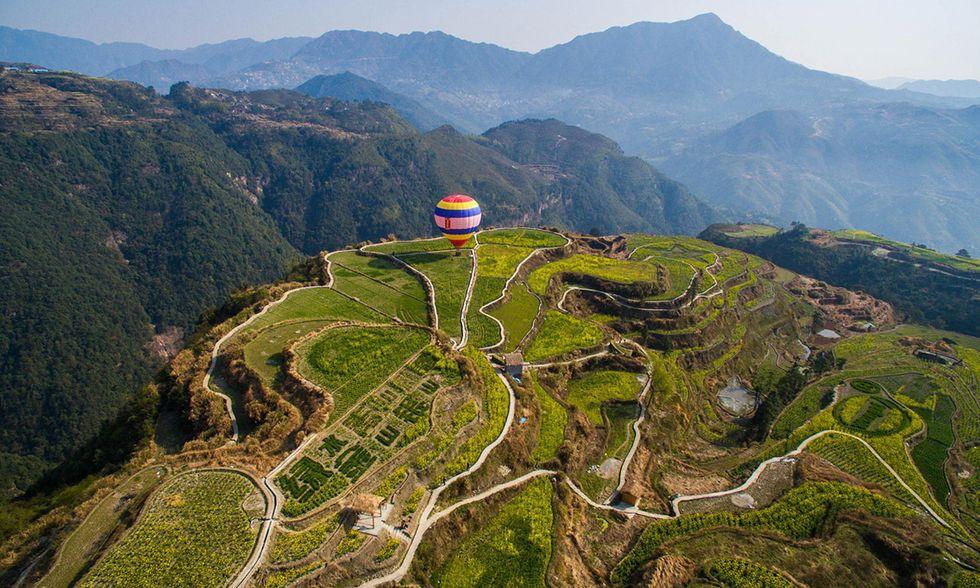 Una mongolfiera in volo nella contea di Qingtian
