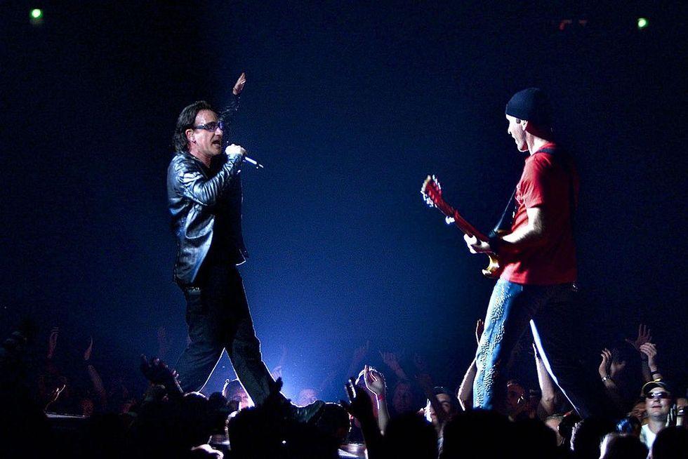 Bono e The Edge degli U2 sul palco