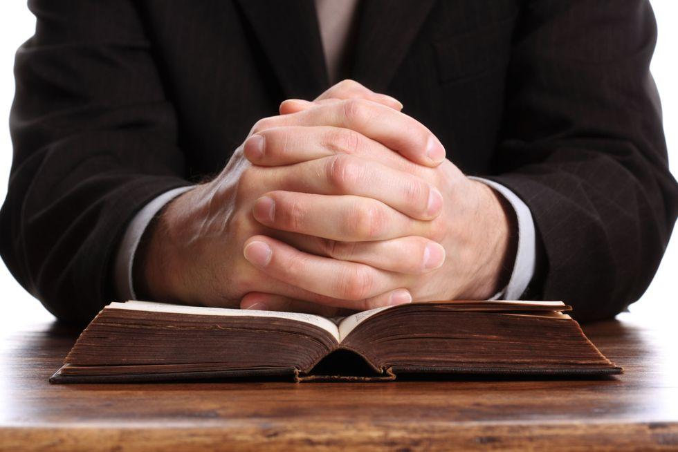 Sesso con minorenne in cambio di droga: parroco sospeso
