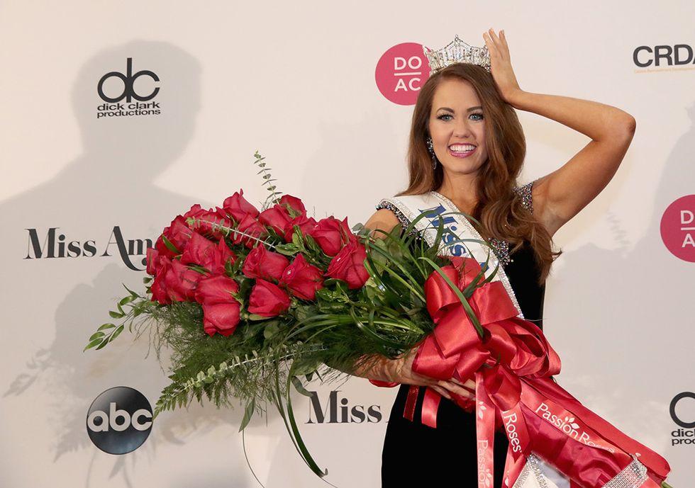 Cara Mund, Miss North Dakota 2017 è stata incoronata Miss America