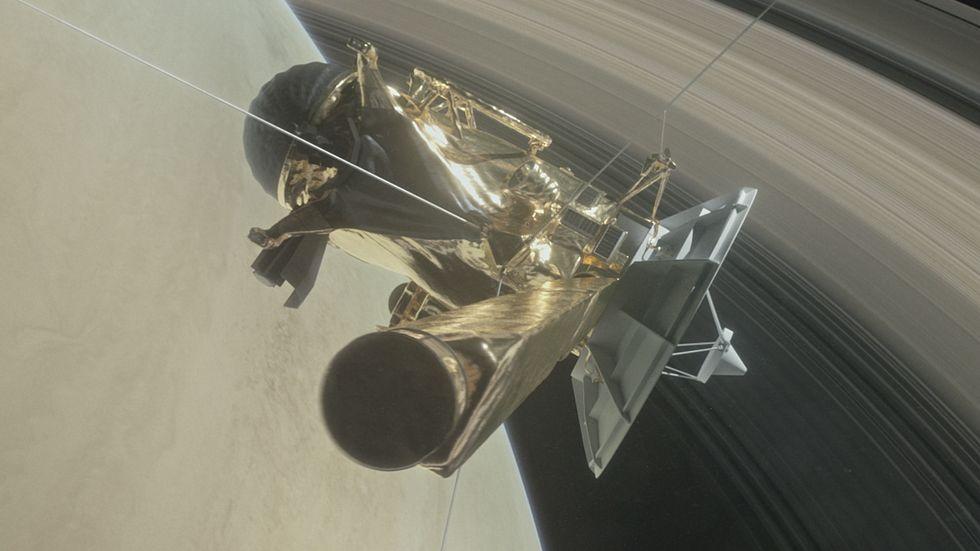 Cassini in orbita intorno a sarurno