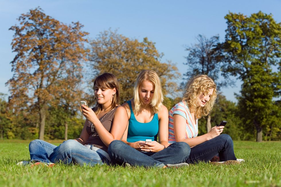 Uomini e donne, chi sta davvero di più al telefono?