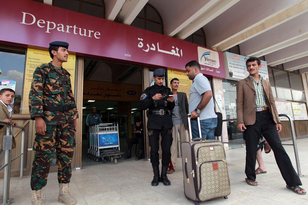 """""""Bombe liquide"""", torna la psicosi del terrorismo di Al Qaeda"""
