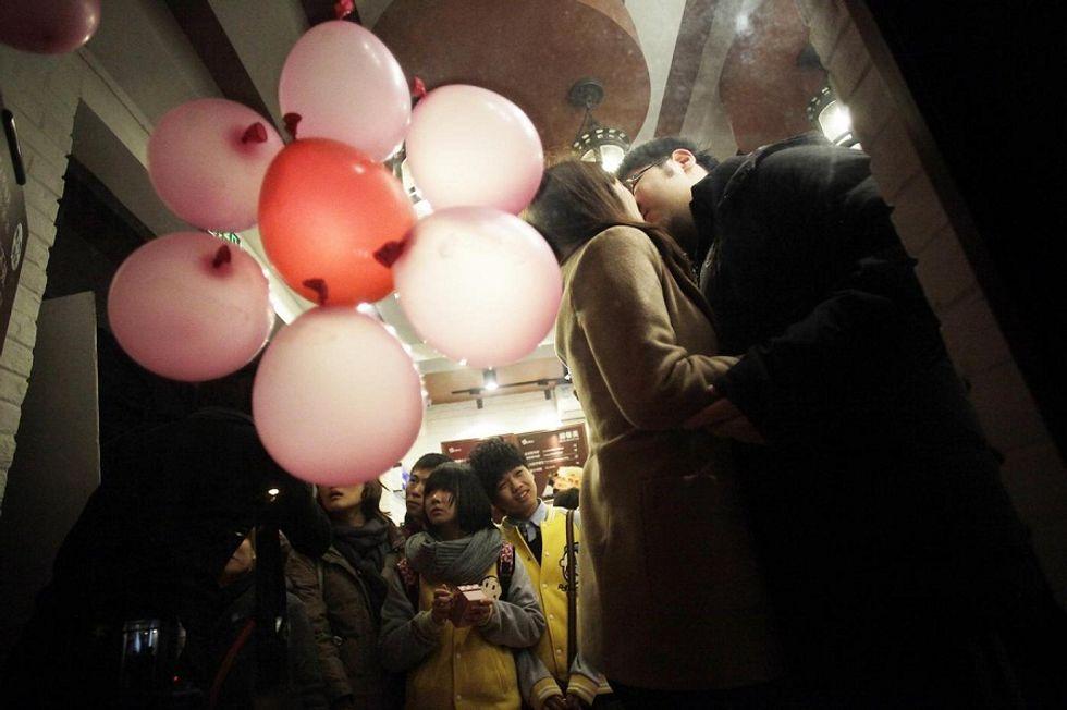 Cina: il Partito rompe il tabù del bacio