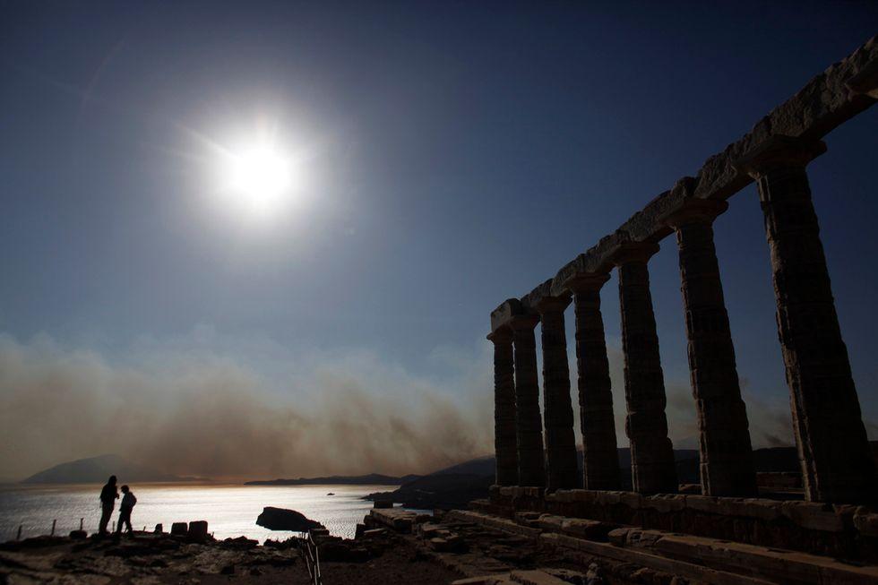 A sud di Atene violenti incendi nel giorno del voto