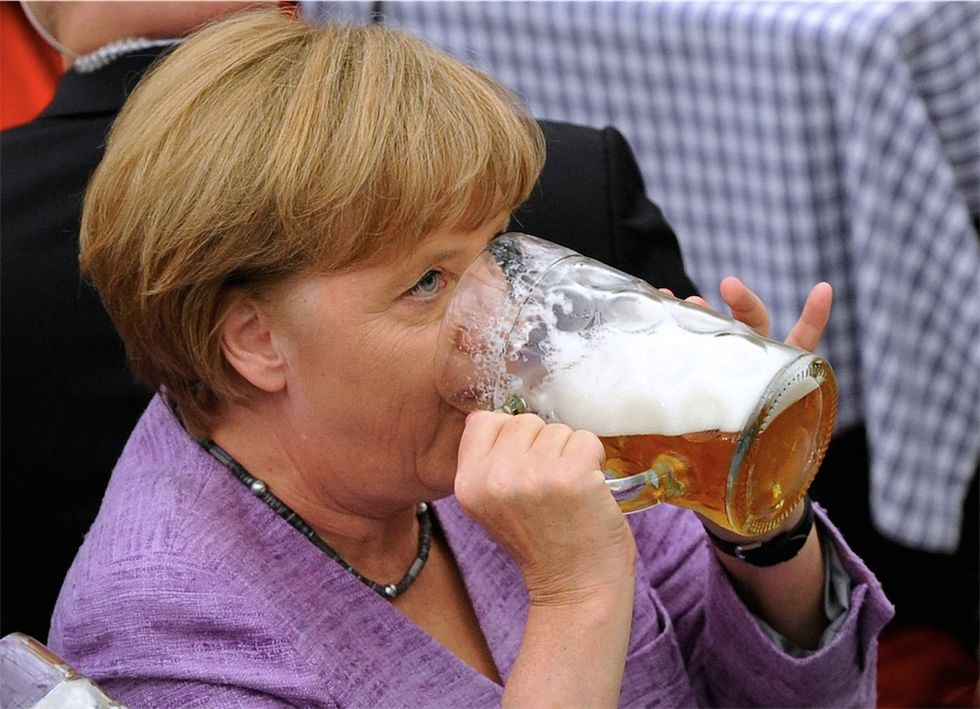 La birra della Merkel e altre foto dal mondo
