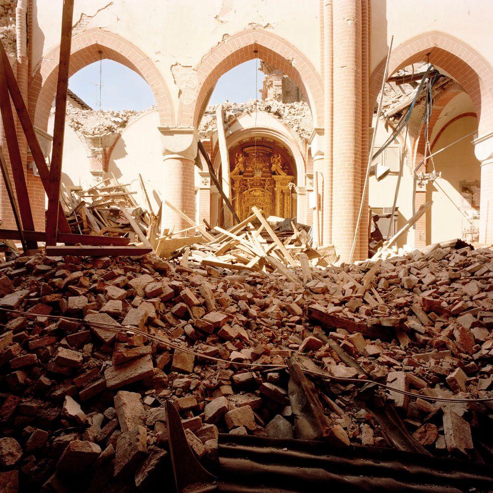 Foto - Ricordando il terremoto in Emilia: Giovanni Chiaramonte tra le macerie
