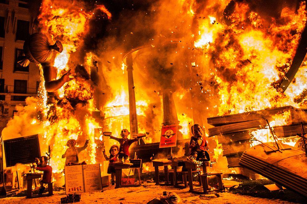 A Valencia il grande fuoco de Las Fallas