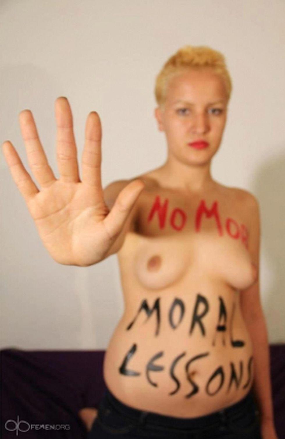 Amina ancora a seno nudo e altre foto del giorno, 3.5.2013