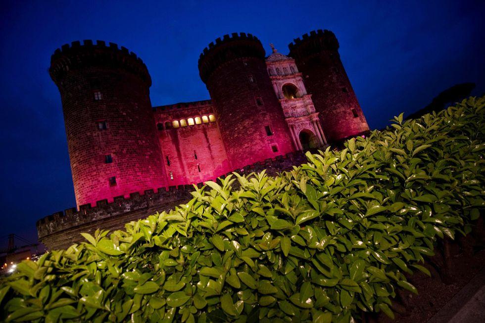 Il Maschio Angioino in rosa e altre foto del giorno, 17.5.13