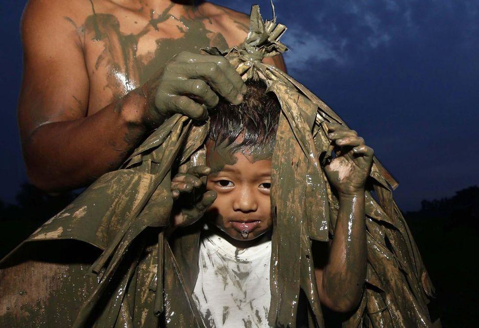 Filippine, il rito del fango per San Giovanni