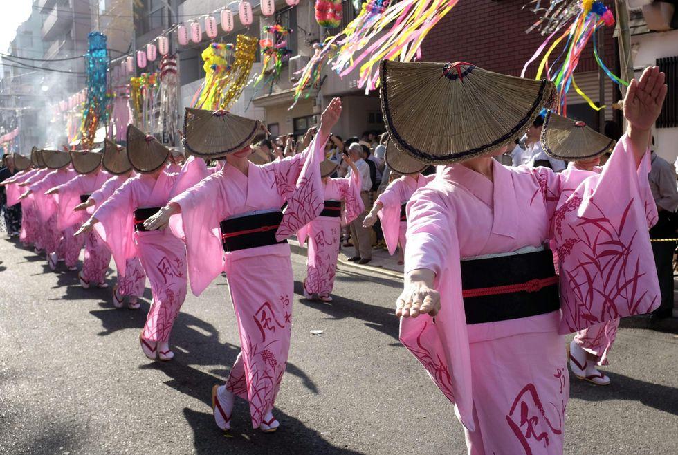 In Giappone è boom di corsi per imparare a camminare sui tacchi