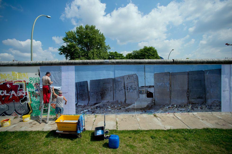 Il muro di Cisgiordania a Berlino e altre foto del giorno, 9.7.13