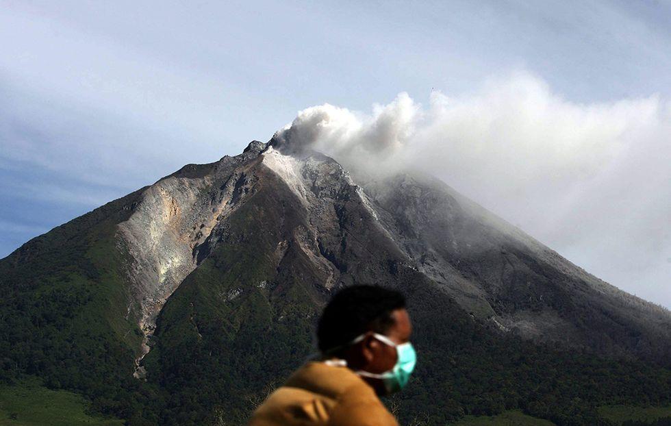 Il Monte Sinabung in eruzione e altre foto del giorno, 16.9.2013