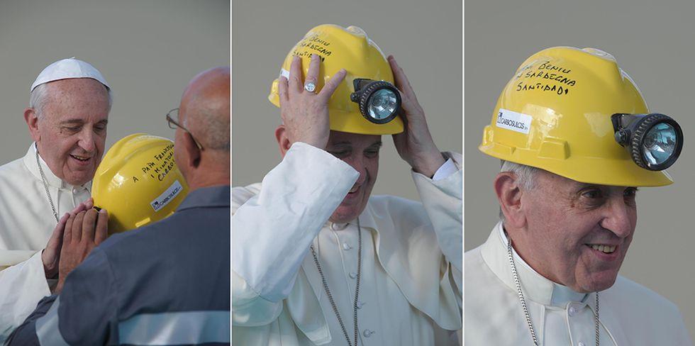 Papa Francesco minatore in Sardegna e altre foto del giorno, 23.9.2013