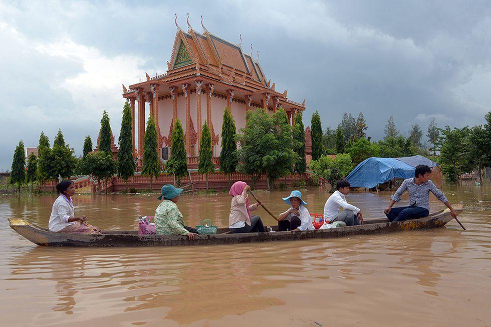 L'alluvione in Cambogia e altre foto del giorno, 27.9.2013