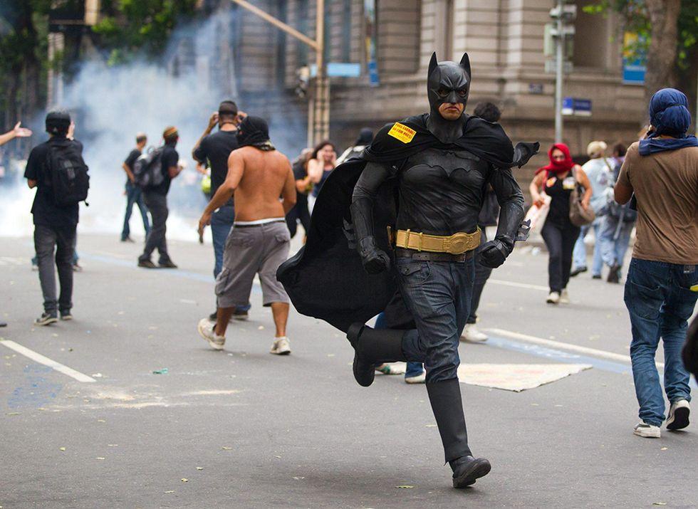 Batman per le strade di Rio de Janeiro e altre foto del giorno, 2.10.2013