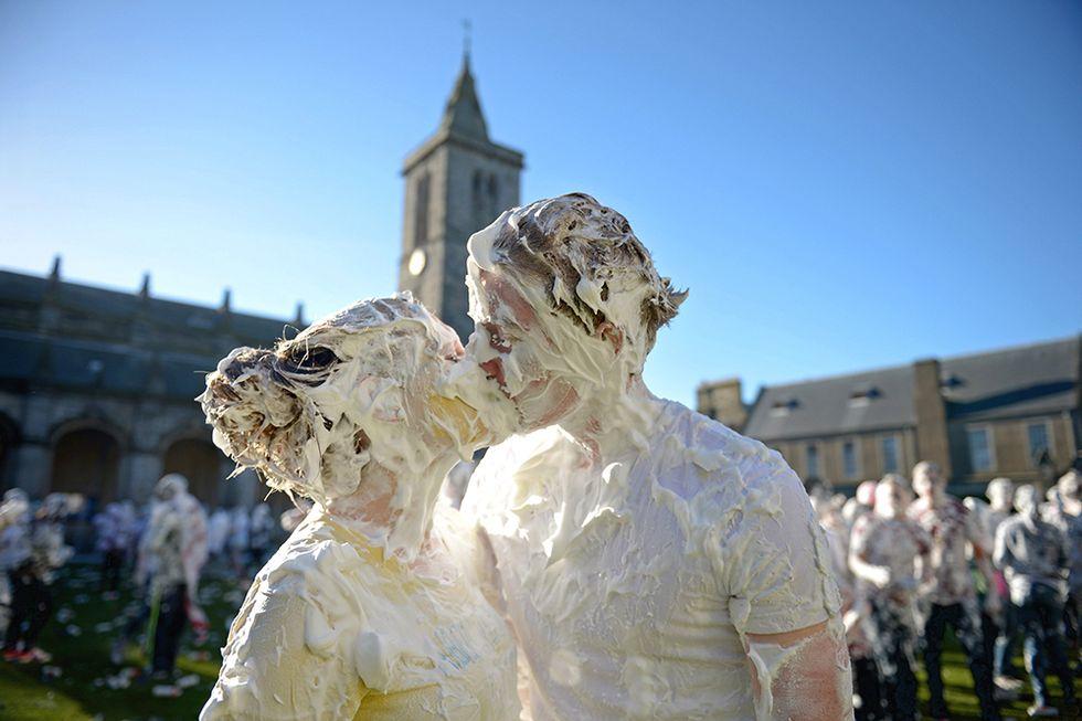 Bagno nella schiuma all'Università di St. Andrews, Scozia