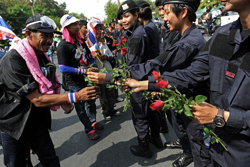 Fiori dalle poliziotte a Bangkok e altre foto del giorno, 3.12.2013