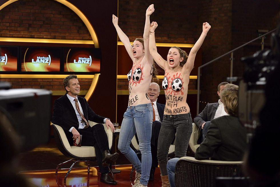 Irruzione in topless sulla TV tedesca e altre foto del giorno, 12.12.2013
