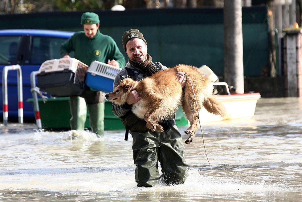 L'alluvione nel modenese: i soccorritori in azione
