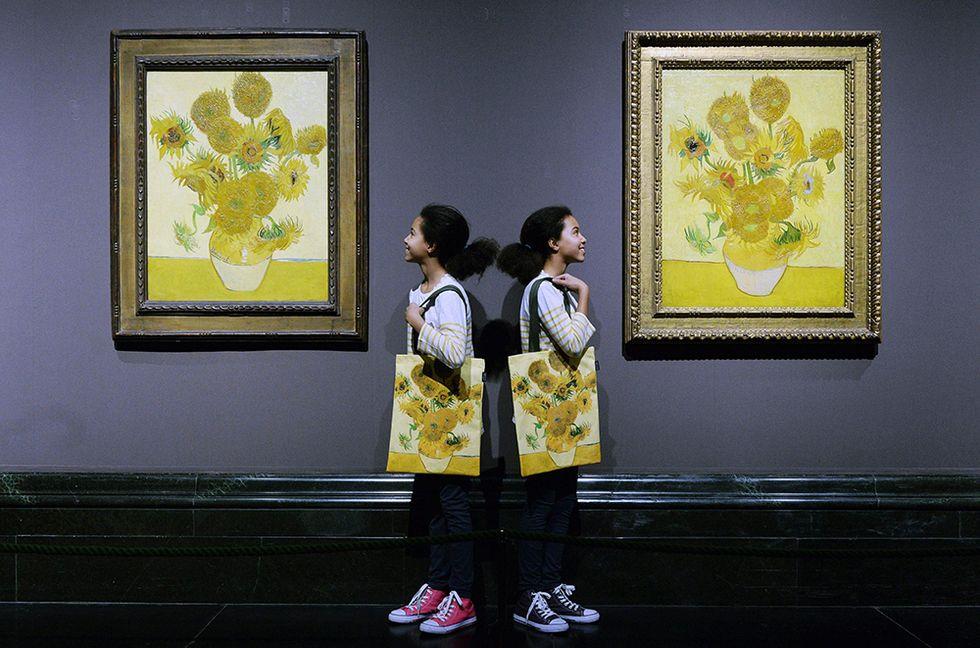 """Due """"Girasoli"""" di Van Gogh a Londra e altre foto del giorno, 24.1.2014"""