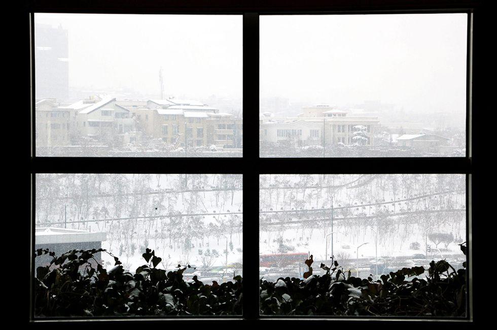 La neve a Teheran e altre foto del giorno, 5.2.2014