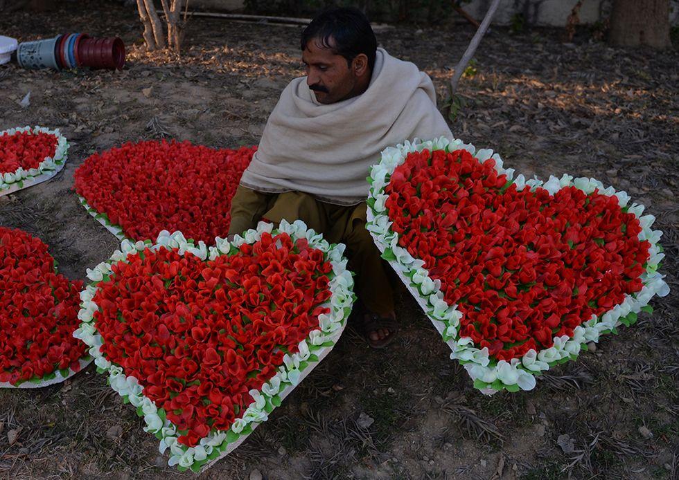 Fiori per S. Valentino a Islamabad e altre foto del giorno, 12.2.2014