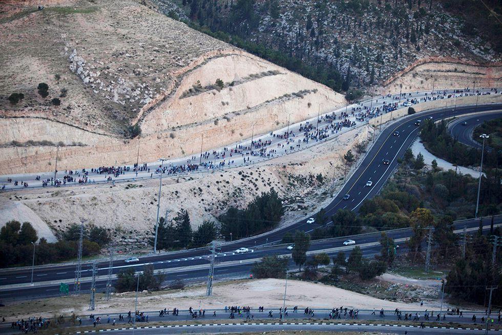 Coloni israeliani in marcia contro Kerry e altre foto del giorno, 13.2.2014