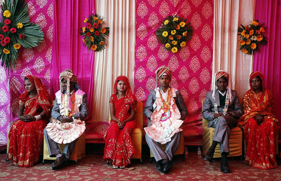 Scene da un matrimonio collettivo, a Nuova Delhi