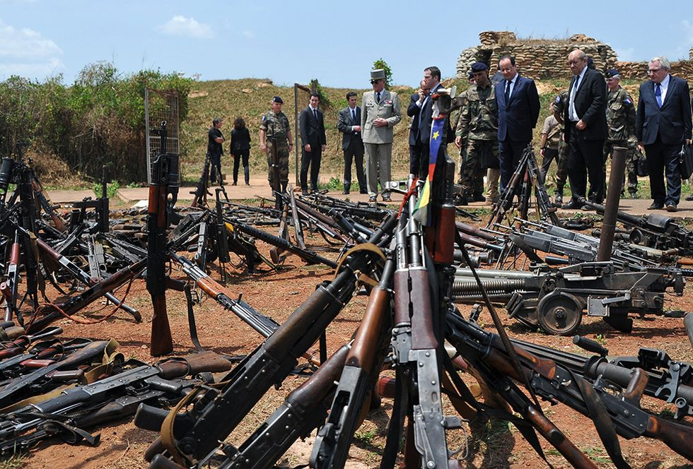 François Hollande a Bangui e altre foto del giorno, 28.2.2014