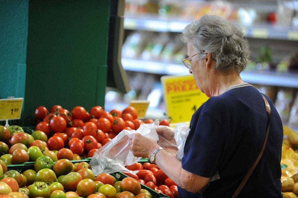 Crollo dei consumi, italiani sotto scacco