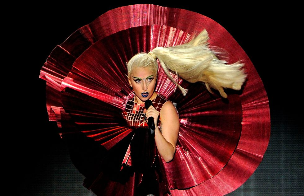 La gaffe di Lady Gaga: due fucili sul reggiseno - video