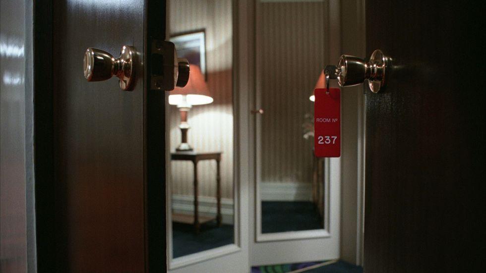Cosa succede negli alberghi: la commedia sofisticata della vita di passaggio