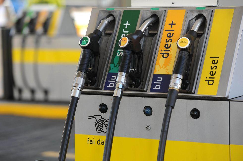 Prezzi benzina, trasparenti e online. Passera ci prova