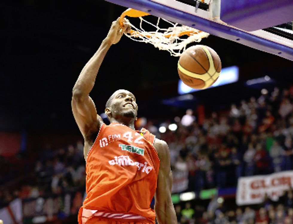 Basket - serie A: Milano e Roma bocciate da Varese e Sassari