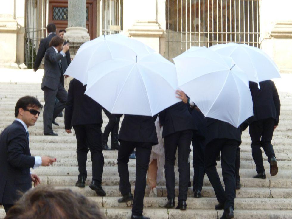 Valeria Marini, sposa con l'ombrello (anche senza piogga)