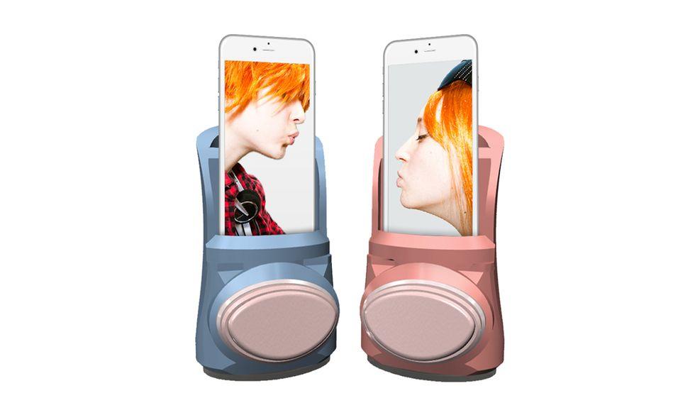 Kissenger, come funziona il dispositivo per baciarsi… con lo smartphone