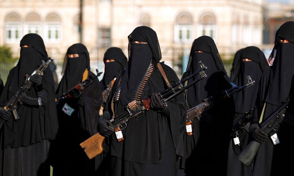Yemen, donne in niqab armate contro i sauditi