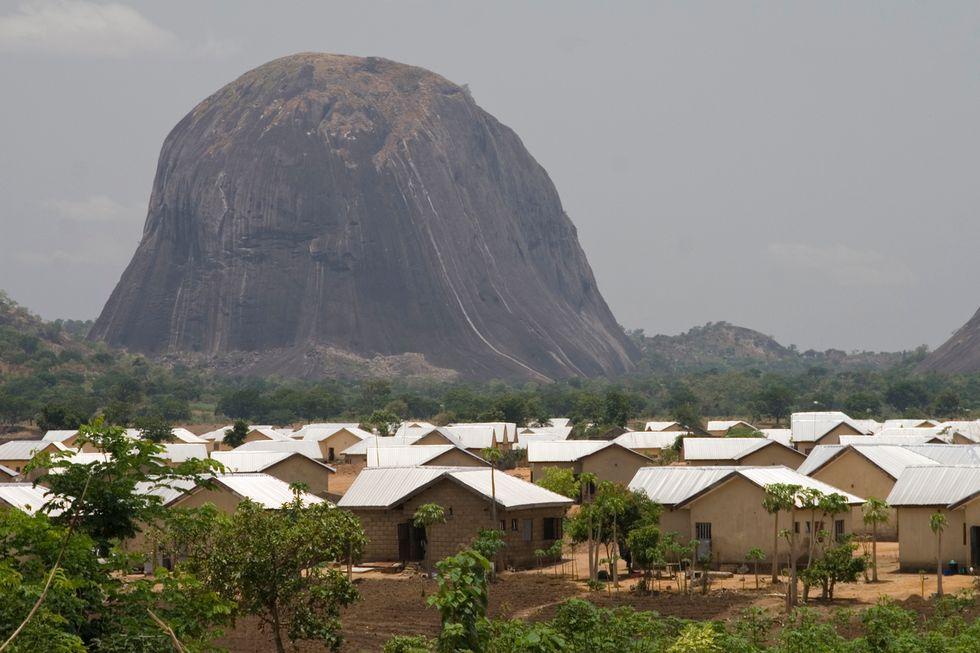 Nigeria, campo profughi bombardato per errore da un jet militare: 100 i morti