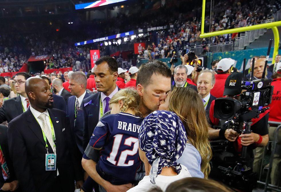 Tom Brady bacia Gisele dopo la vittoria al Super Bowl