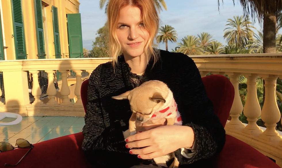 Chiara (insieme alla sua cagnolina Frida) durante la nostra intervista a Sanremo 2017