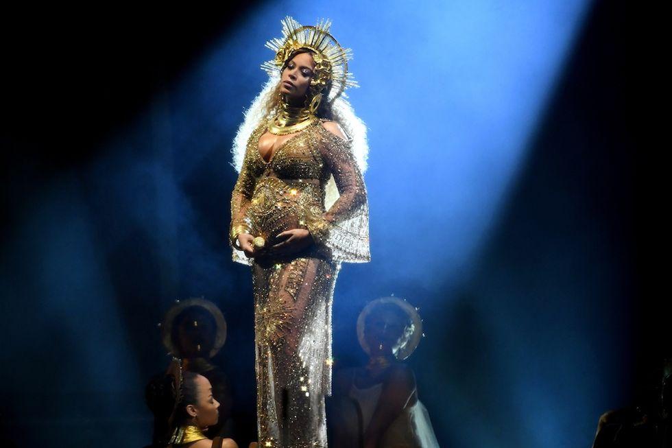 Beyoncé incinta sul palco dei Grammy Awards