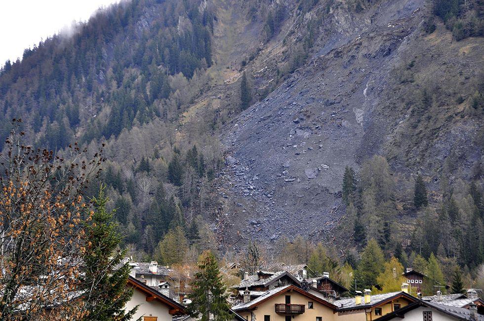 La frana del Monte di La Saxe e altre foto del giorno, 22.04.2014