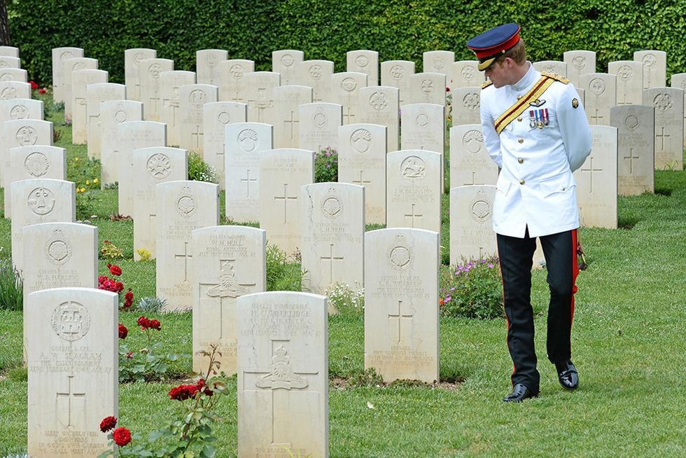 Il principe Harry al cimitero di Cassino e altre foto del giorno, 19.05.2014