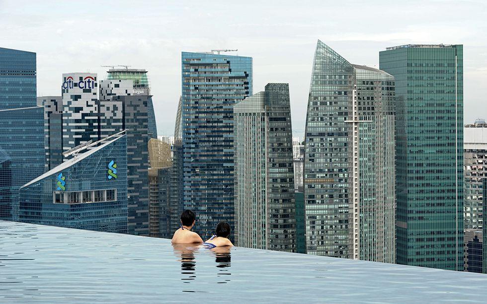 """La piscina """"sospesa nel vuoto"""" di Singapore"""