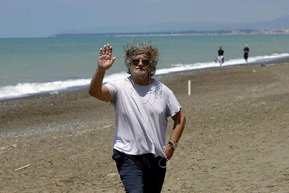 Grillo in spiaggia con corona di spine e altre foto del giorno, 30.05.2014