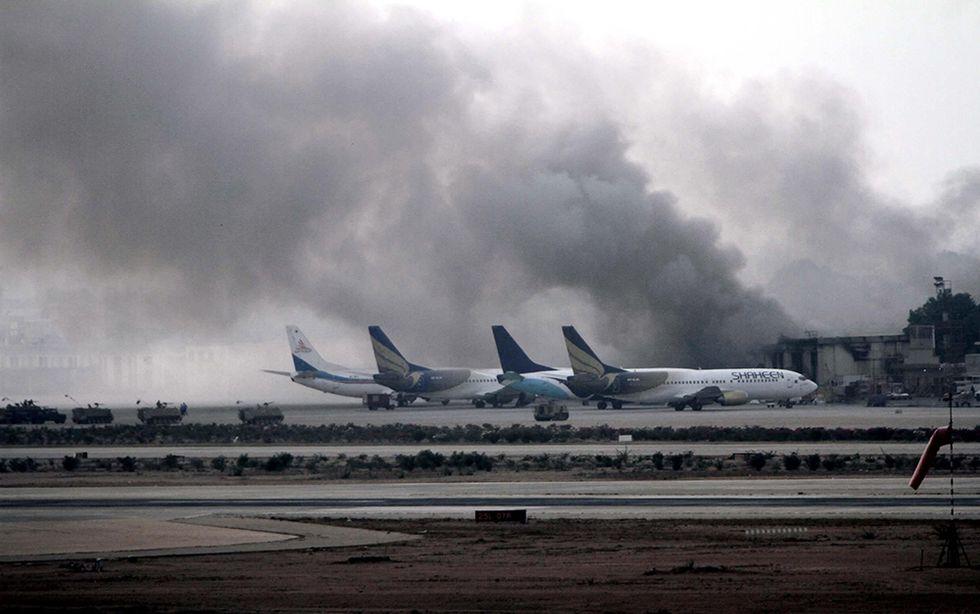 L'attacco all'aeroporto di Karachi e altre foto del giorno, 09.06.2014