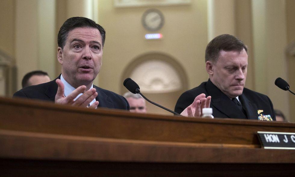 Il direttore dell'Fbi James Comey (sx), e il direttore della National Security Agency, Mike Rogers
