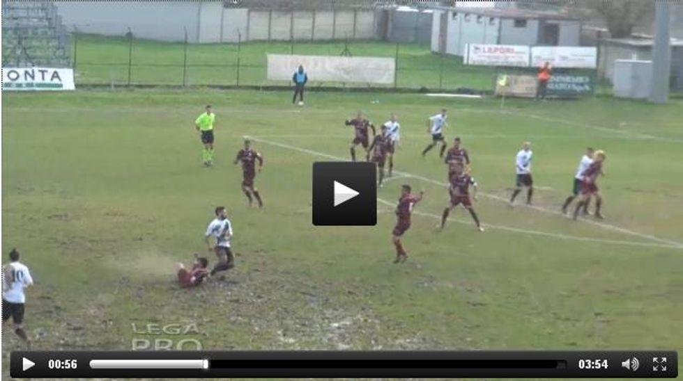 Clamoroso Lamezia: gol da rimpallo da 80 metri - VIDEO